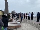 Mord na dwudziestu niewinnych osobach. Mieszkańcy Topoli uczcili pamięć ofiar. Wstrząsające wspomnienia rodzin (ZDJĘCIA)