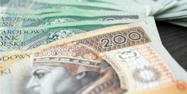 Wiemy, ile wyniesie płaca minimalna w 2022 roku. Pensja ponad 2 mln Polaków będzie jeszcze wyższa niż zapowiadano. Wczoraj Rada Ministrów ustaliła kwotę. Znamy też wysokość stawki godzinowej. Poznajcie szczegóły!Czytaj dalej. Przesuwaj zdjęcia w prawo - naciśnij strzałkę lub przycisk NASTĘPNE