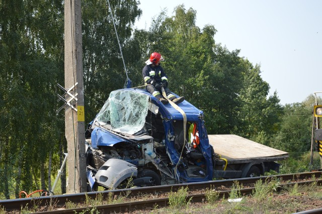 Do zdarzenia doszło tuż po godzinie 7 rano w czwartek, 30 sierpnia na niestrzeżonym przejeździe kolejowym na pograniczu miejscowości Miedniewice Topola i skierniewickiego osiedla Rawka. Samochód osobowo - dostawczy, którym podróżowało pięć osób, prawdopodobnie bez zatrzymania się przed przejazdem wjechał na tory i został uderzony przez nadjeżdżający od strony Skierniewic pociąg. W wyniku zdarzenia obrażenia odniosło pięć osób znajdujących się w samochodzie. Kierowca wypadł z samochodu.CZYTAJ DALEJ NA KOLEJNYM SLAJDZIEZobacz też: