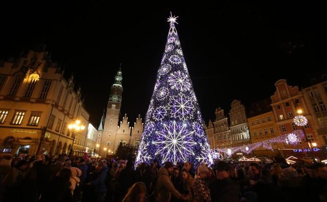 Co dostaniesz pod choinkę? Ranking prezentówAż 40 proc. Polaków planuje wydać na organizację tegorocznych świąt Bożego Narodzenia więcej niż rok temu. Nie planujemy oszczędności, a znaczącą część świątecznego budżetu przeznaczymy na prezenty. Co szósty z nas chce na nie wydać nawet 1000 zł. Najwięcej na świąteczne zakupy wydaliśmy 25 listopada podczas Black Friday oraz 29 listopada, gdy obowiązywał Dzień Darmowej Dostawy. Z kolei w grudniu szczególnie intensywny zakupowo był weekend przed mikołajkami ze szczytem przypadającym na 4 grudnia oraz okres miedzy 11 a 13 – czyli termin z pełną gwarancją dostawy przed wigilią.Co trafi pod tegoroczne choinki? Prezentujemy najświeższe zestawienie największych tegorocznych hitów, które specjalnie dla nas przygotował jeden z największych polskich serwisów zakupowych Ceneo.pl. Zobacz prezenty na kolejnych slajdach - obejrzysz je posługując się klawiszami strzałek na klawiaturze lub przyciskami myszy, a na smartfonie - za pomocą gestów.