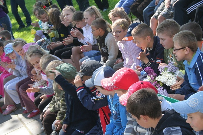 Wszystkie dzieci wystąpiły na scenie. Gdy jedna grupa prezentowała się, inne w skupieniu ją oglądały