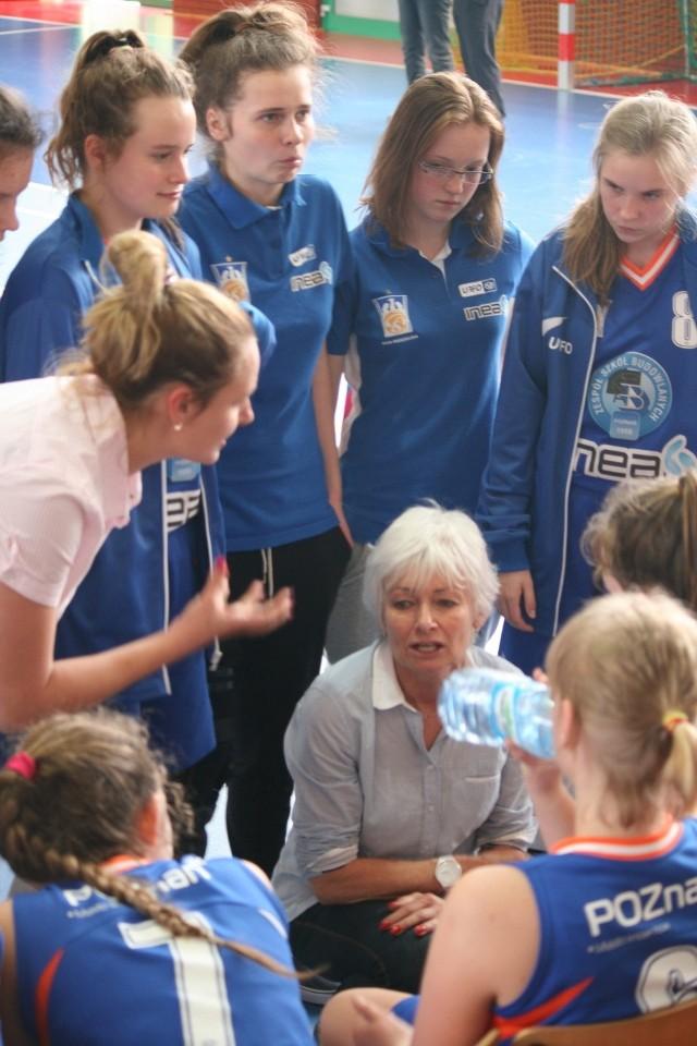 Trenerka Danuta Łabędzka i jej podopieczne będą na początku czerwca walczyć o medale MP do lat 14