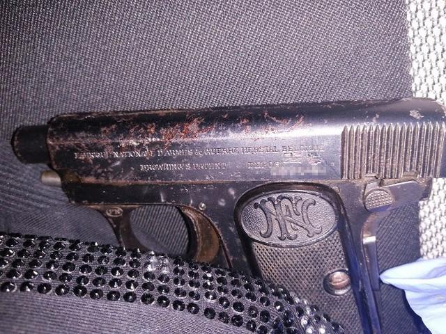 Mężczyzna miał w samochodzie broń palną