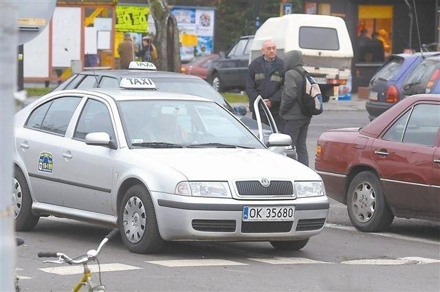 """Zdaniem taksówkarzy ceny ich usług już dziś są na granicy opłacalności. Klienci są innego zdania i mają nadzieję, że zwiększenie liczby pojazdów ze znakiem """"Taxi"""" spowoduje redukcję cen. (fot. Daniel Polak)"""