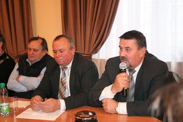 Jan Brzostek z Kuskowizny, radny powiatu (z prawej) był inicjatorem spotkania w sprawie złej sytuacji urządzeń melioracyjnych