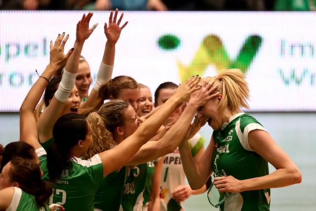 Ligowy sezon należał do Agnieszki Kąkolewskiej (z prawej), która wybierana była MVP spotkania m.in. w trakcie półfinałowej rywalizacji z Atomem Treflem. W reprezentacji wiedzie jej się równie dobrze