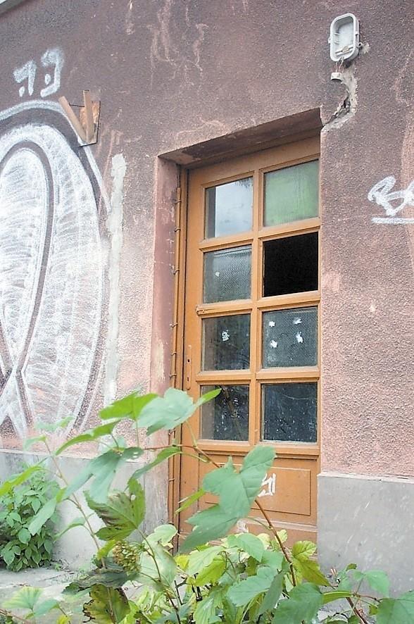 Te drzwi na pewno nie chronią przed stratami ciepła.