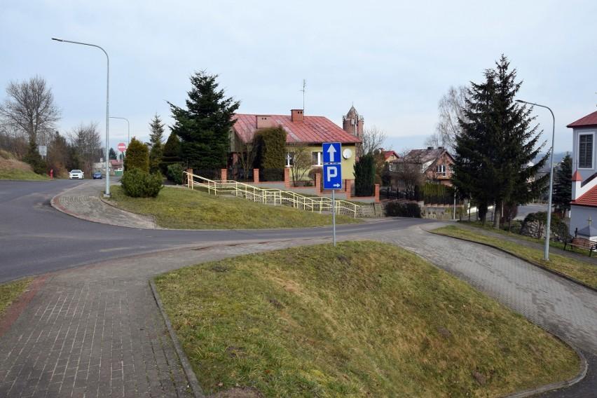 Z prawej strony jest wyjazd z parkingu. Chodzi o to, aby dwukierunkowa była kilkumetrowa droga w lewo od wyjazdu. Teraz jest to odcinek jednokierunkowy