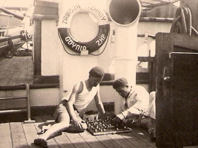 """Kazimierz Haska (po prawej) na pokładzie """"Zawiszy Czarnego"""", podczas postoju w porcie."""