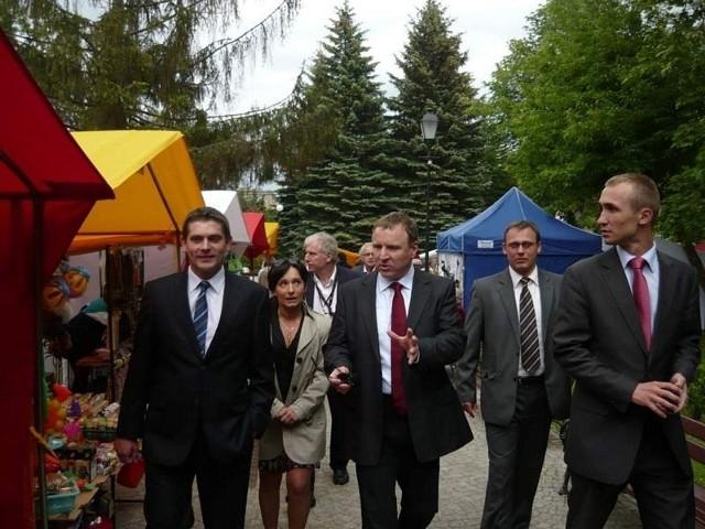 Jacek Kurski (trzeci z lewej) na Jarmarku Kujawskim w Solankach. Obok niego widzimy też posła Bartosza Kownackiego (pierwszy z lewej), Ireneusza Stachowiaka, zastępcę prezydenta Inowrocławia (drugi z prawej) i Macieja Szotę, wiceprzewodniczącego Rady Miejskiej (pierwszy z prawej)