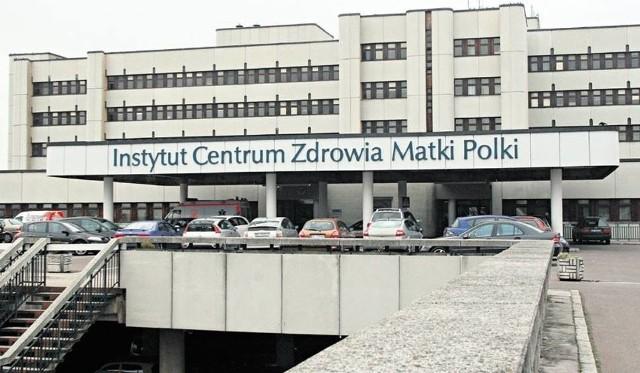 Szpital Matka Polka z Łodzi zaapelował w środę (18 marca) do zakładów fryzjerskich i kosmetycznych o podzielenie się zapasem maseczek i rękawiczek. Szpital przyjmie każdą ich ilość.CZYTAJ DALEJ NA NASTĘPNYM SLAJDZIE