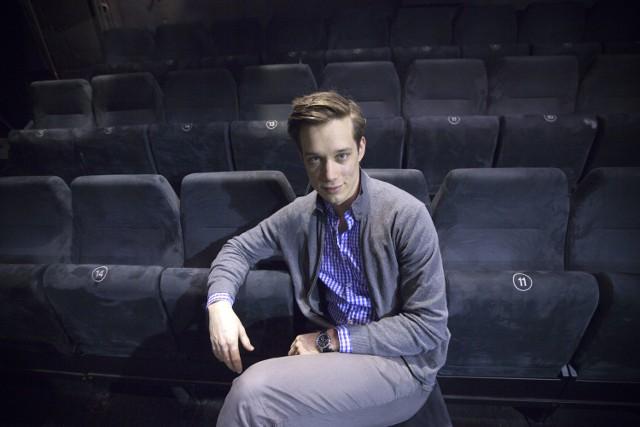 """Michał Mikołajczak zadebiutował rolą, o jakiej marzą chyba wszyscy absolwenci szkół aktorskich - zagrał Hamleta w krakowskim teatrze STU. Od końca 2012 roku należy też do zespołu stołecznego Teatru Współczesnego.Gra w serialu """"Prawo Agaty""""."""