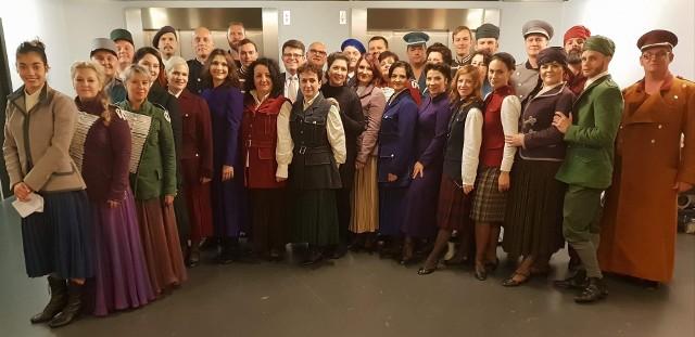 """Członkowie chóru Opery Śląskiej, którzy 11 listopada przebywali we Francji, odśpiewali """"Mazurka Dąbrowskiego""""."""