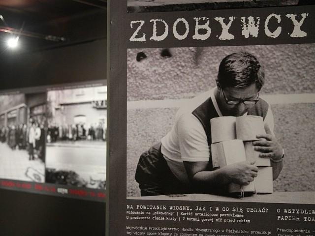 """Wystawa """"Cudowne lata? Białystok lat 80. w obiektywie Mariusza Olkowskiego"""" przedstawia zdjęcia pokazujące życie codzienne białostoczan w latach 80."""
