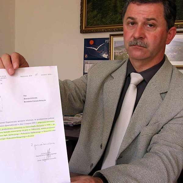 Burmistrz Henryk Sułuja pokazuje pismo z sierpnia 2005 r., w którym Ministerstwo Sprawiedliwości akceptuje utworzenie w Ustrzykach sądu rejonowego i prokuratury. Nikt się nie spodziewał, że półtora roku później te obietnice pozostaną tylko na papierze.