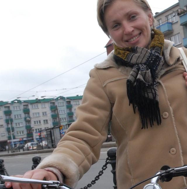 - Gros kierowców lekceważy cyklistów - mówi Monika Sawicka, która rowerem jeździ codziennie od dziesięciu lat i pokonuje po kilkadziesiąt kilometrów