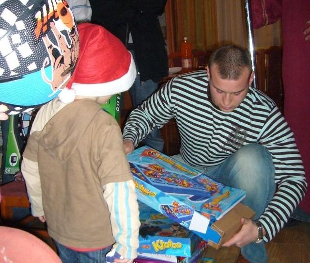 Skazani z prezentami w usteckim domu dziecka.