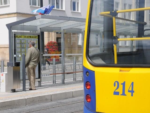 Wiaty zostały tak zaprojektowane, żeby pasażerowie nie zmokli, wsiadając do busów