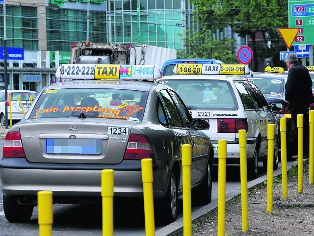 Dzięki ustawie deregulacyjnej łatwiej można zostać taksówkarzem, zniesiono bowiem obowią-zek ukończenia  28-godzinnego szkolenia, konieczność zdania egzaminu oraz uzyskania licencji
