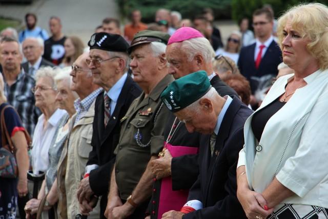 W uroczystości wzięli udział: przedstawiciele powstańców, kombatantów (wraz z rodzinami), harcerze, duchowni, przedstawiciele władz miasta i województwa.