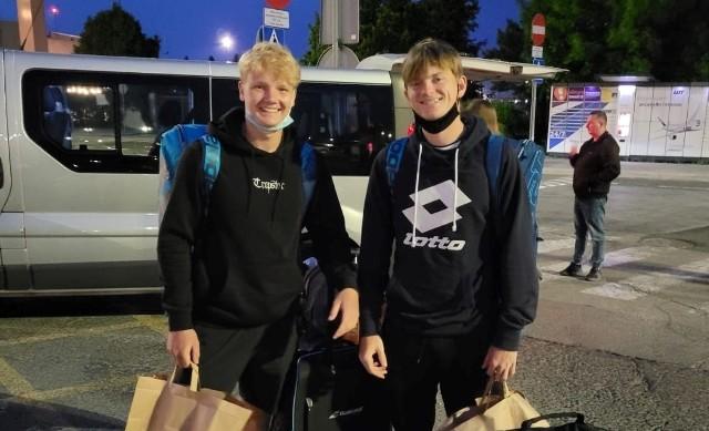 Maks Kaśnikowski (od lewej) i Aleksander Orlikowski. Nasza juniorska para przyleciała właśnie do Paryża. Jeszcze wtedy nie wiedziała, że odniesie duży sukces