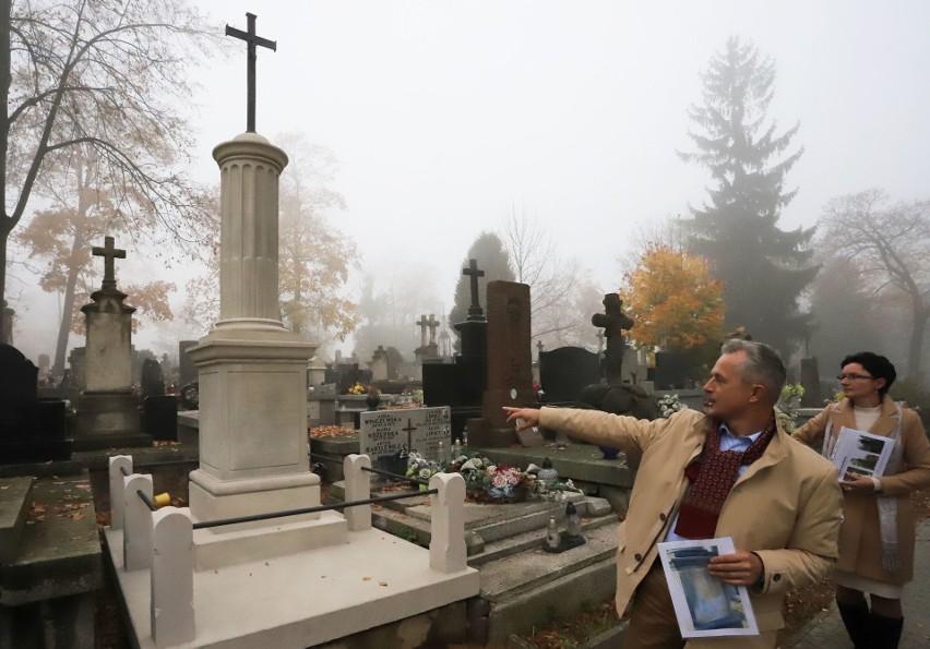 Społecznicy odnowili dwa kolejne groby na cmentarzu przy Limanowskiego i zapraszają na kwestę