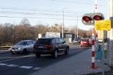 Kierowcy nagminnie łamią przepisy na przejazdach kolejowych. Wzięła się za nich policja (ZDJĘCIA)