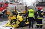 Wypadek w Cieszycach. Seat zmiażdżony, pasażerka w ciężkim stanie [ZDJĘCIA]