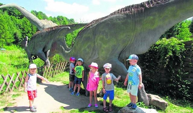 Przedszkolaki były zachwycone ogromnymi stworzeniami w Krainie Dinozaurów.