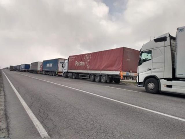 Kolejka ciężarówek oczekujących na wjazd do Polski
