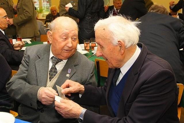 Życzenia składają sobie Zdzisław Kruczek z Kopic (z lewej), były sierżant Wojsk Ochrony Pogranicza i major Antoni Jedyczak z Nysy, były żołnierz AK.