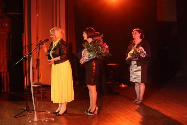 Z prawej wyróżnione za długoletnią pracę kierowniczki wiejskich ośrodków kultury w Lutowie i Wałdowie Małgorzata Senske i Bożena Mania. Z lewej dyrektorka CKiS Julita Maciaszek.