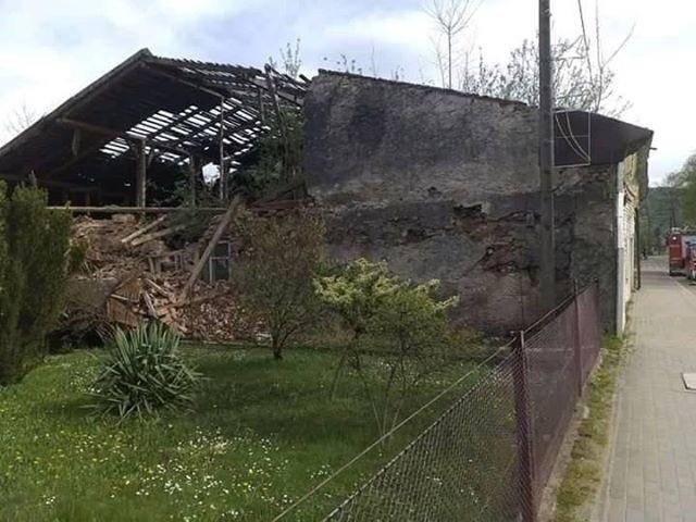 Z powodu silnego wiatru strażacy z regionu mieli pełne ręce roboty. W Baligrodzie zawaliła się ściana niezamieszkałego budynku, z kolei w Średniej Wsi wichura zerwała dach, również w opuszczonym obiekcie.Siły i środki na miejscu działań:JRG LeskoOSP KSRG BaligródOSP KSRG Średnia WieśPatrol Policji