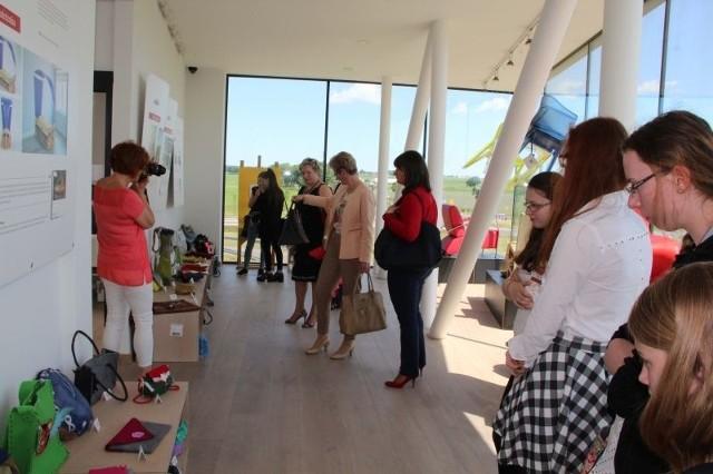 Modele damskich torebek można oglądać w Dobrotece tylko do dzisiaj. Od poniedziałku będzie tu wystawa rzeźbionych mebli.