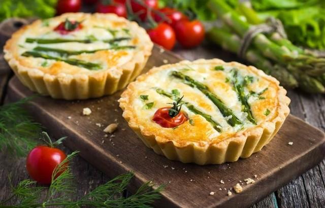 Szukacie pomysłów na dania z zielonymi szparagami? Zobaczcie przepisy na pyszną zupę, tartaletki i sałatkę z zielonych szparagów.