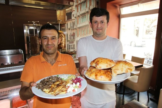 Sukru Dogan i Kemal Bingol, właściciele nowej  restauracji Alanya Kebap prezentują tureckie przysmaki - kebab na talerzu i burek.