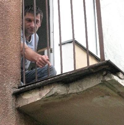 - Pod sypiącymi się balkonami bawią się dzieci - Sławomir Jesionkowski pokazuje odkruszony fragment. - Wchodzą na trawnik mimo ogrodzenia z desek i tabliczki z zakazem.