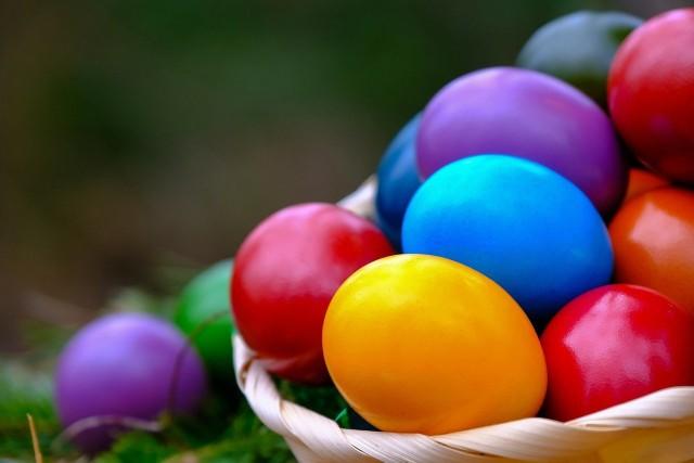 Sposobów barwienia skorupek jaj jest wiele. Najprościej użyć do tego gotowych barwników, które, niestety, zawierają w sobie chemię. Co powiecie na zafarbowanie jaj przyprawami, owocami i warzywami? .Zobaczcie, w jaki sposób uzyskać piękne, intensywne kolory, używając naturalnych składników na kolejnych slajdach. Możecie przechodzić na nie za pomocą strzałek albo gestów na smartfonie.
