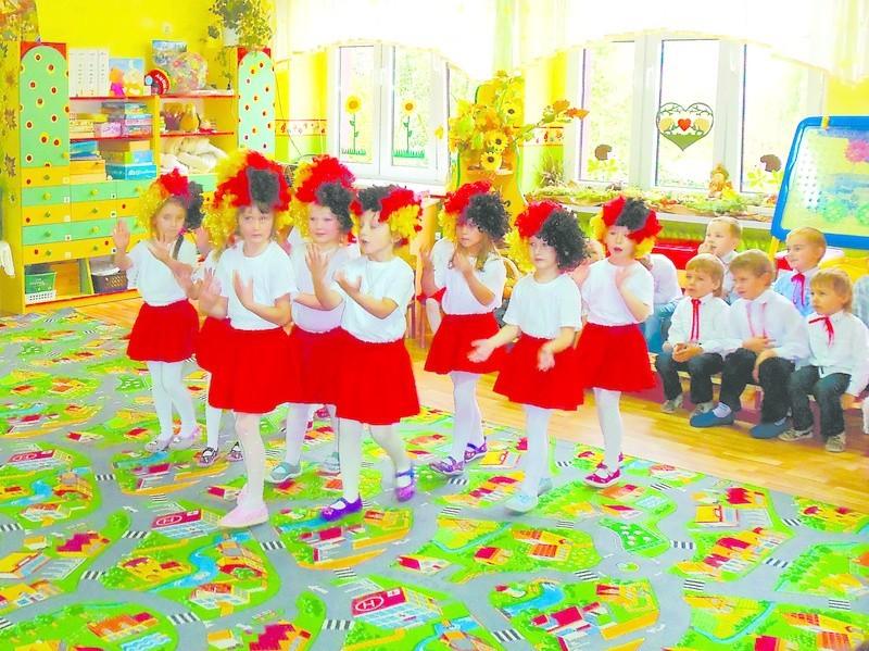 """Sześć tygodni wystarczyło, by dzieciaki przygotowaly atrakcyjny program po niemiecku. Na zdjęciu grupa dzieci 5-letnich - """"Biedronki""""."""
