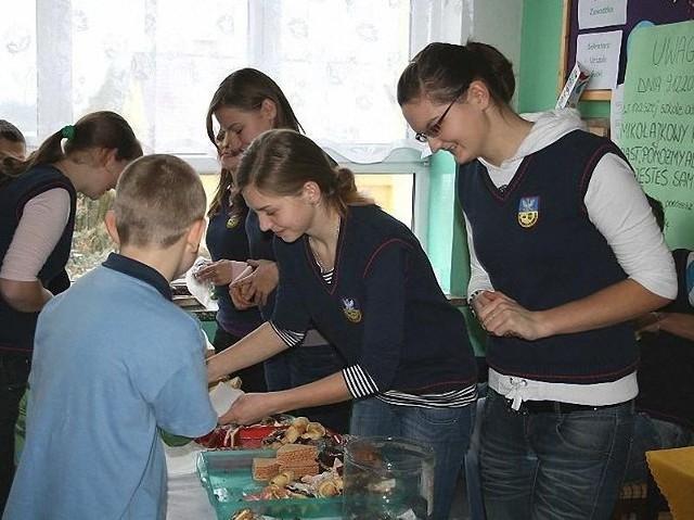 Wolontariusze z Gimnazjum w Jaświłach często organizują kiermasze charytatywne. Uczniowie tym chętniej kupują ciastka, gdy wiedzą, że pieniądze zbierane są na szczytny cel.