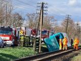 Wypadek autobusu pod Toruniem. W Łysomicach autobus wpadł do rowu, zatarasował również tor kolejowy [Zdjęcia]