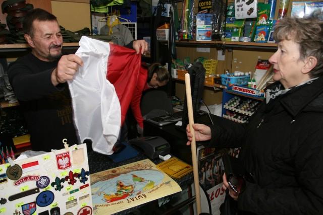 Jedną z osób kupujących wczoraj w sklepie harcerskim flagę była Krystyna Czerkawska, której pokazywał ją Sławomir Dziewięcki. fot. Ł. Zarzycki