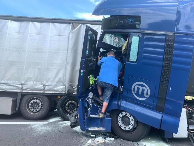 Około godziny 11.20 na 31. kilometrze drogi S5 pomiędzy Gnieznem a Poznaniem doszło do zderzenia dwóch ciężarówekZ powodu wypadku droga została zablokowana. Zobacz więcej zdjęć ---->