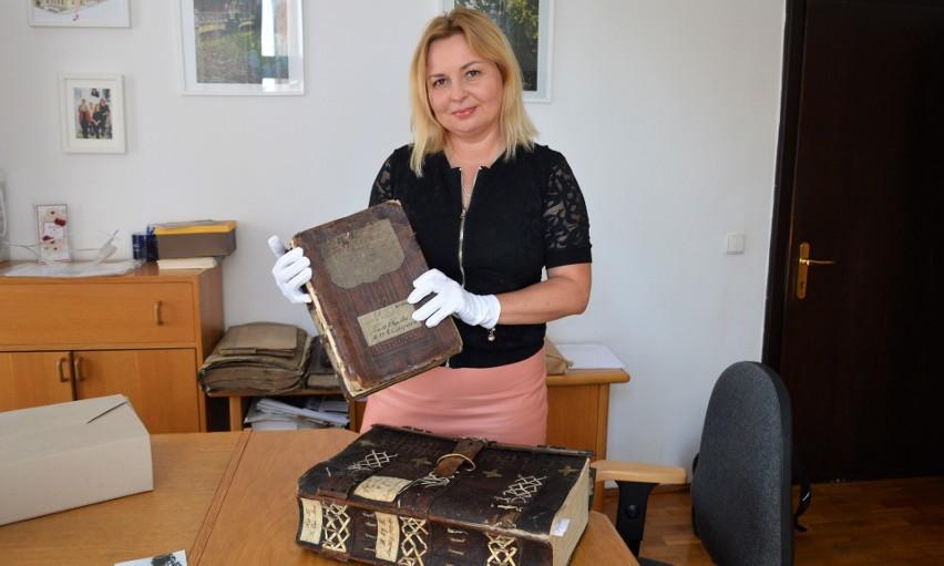 Księgi z XVI w. prezentuje Aleksandra Starczewska-Wojnar, kierownik Działu Informacji i Udostępniania AP w Opolu.