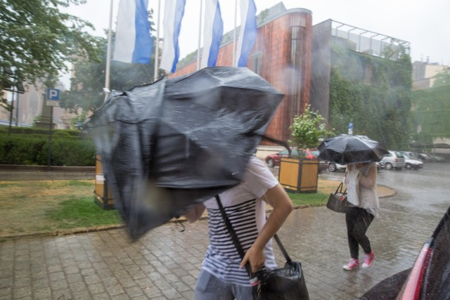 IMGW ostrzega przed silnym deszczem i burzami, które mogą przejść nad Małopolską