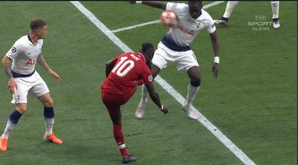 Moment zagrania piłki ręką przez Sissoko