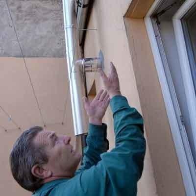 - Z dachu na sufit i ściany woda leci tak mocno, że trzeba miski podstawiać - mówi Ignacy Misiurny