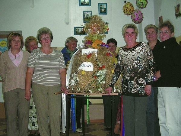 Członkinie Koła Gospodyń Wiejskich w Dubinach przy swoim tegorocznym wieńcu dożynkowym
