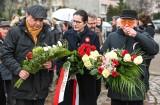 Uczcili 38. rocznicę wprowadzenia stanu wojennego. Wałęsa, Dulkiewicz, Lis i Kerski złożyli kwiaty pod Pomnikiem Poległych Stoczniowców