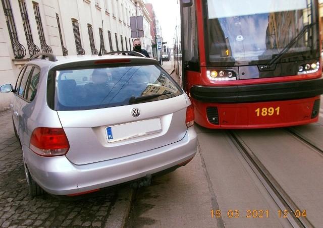 Kierowca volkswagena tak zaparkował na ul. Kopernika swoje auto, że przez godzinę nie jeździły tam tramwaje.